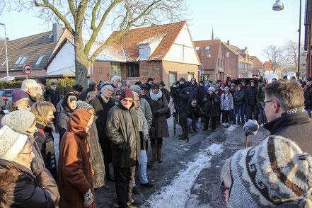 Eisige Temperaturen – und dennoch stehen rund 100 Menschen vor der ehemaligen Synagoge in Rehburg.