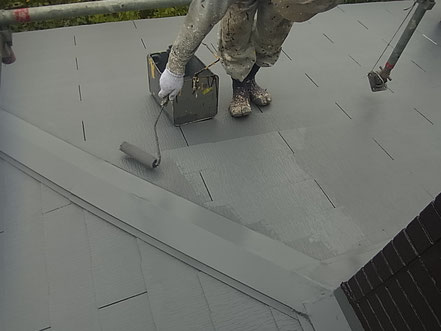 熊本市東区I様家外壁塗装及び屋根塗装時。 コロニアル屋根の塗装上塗り状況。手塗りによるローラー施工中。