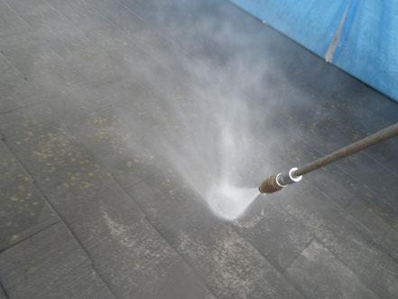 熊本市東区〇様家外壁塗装及び屋根塗装時。 コロニアル屋根のコケをサイクロンジェット高圧洗浄にて根こそぎ取っています。