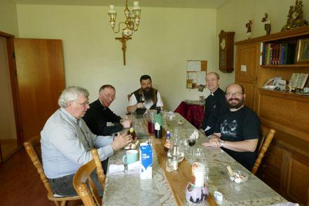 Ulrike beim täglichen MIttagessen mit dem Bischof (3.v.l) und den Priestern