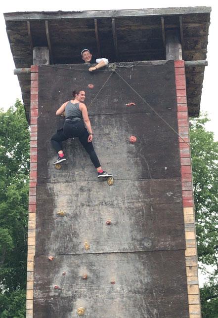 Sara und Schwester Hannah am Kletterturm