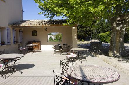 La terrasse des petits déjeuners accueille à l'ombre du platane et offre un auvent abrité et chauffé