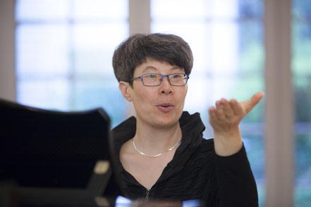 Evelyn Hartmann beim Dirigieren