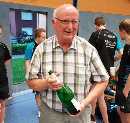 Ehrenpräsident Hansi Korstick lässt anschließend die Sektkorken knallen.