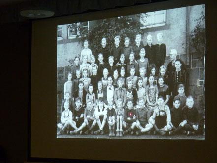 Eins der ersten Schulbilder nach dem Krieg mit Lehrer Storck