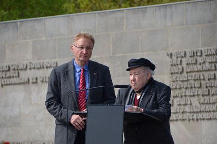 Uwe Fritsch (Betriebsratsvorsitzender VW-Braunschweig) und Sally Perel. 8.Mai 2015 - Gedenkveranstaltung in Bergen-Belsen. [Foto: IG Metall]