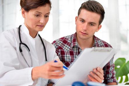 Ärztin im Gespräch mit Patient