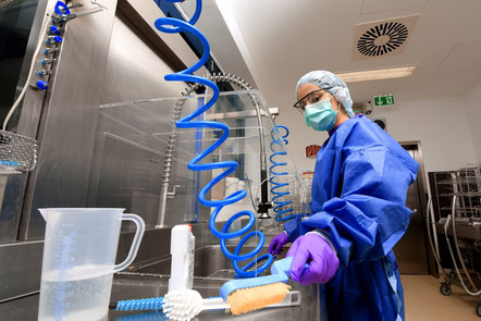 Krankenhausmitarbeiterin reinigt Instrumente