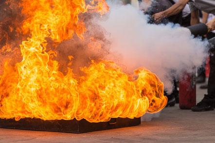 Brandschutzübung Feuer löschen