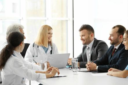 Ärzteteam bespricht sich