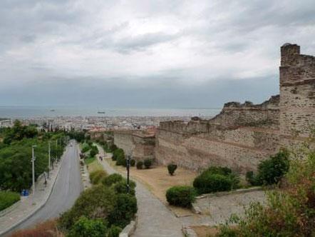 Blick entlang der Zografou Straße & Stadtmauer Richtung Innenstadt von Thessaloniki