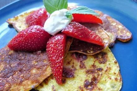 Pancakes (Low Carb) mit Erdbeeren, Frischkäse und Minze