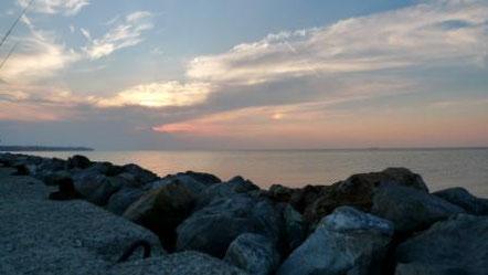Sonnenuntergang an der Mole beim Nei Epivates Strand nahe Thessaloniki