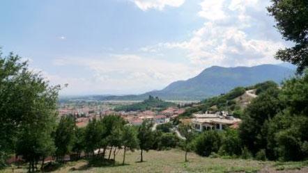 Am Rande Kalabakas mit Blick auf das Tal und das Pindosgebirge/ Griechenland