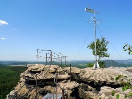 Blick auf die Wetterfahne am Gohrisch im Elbsandsteingebirge