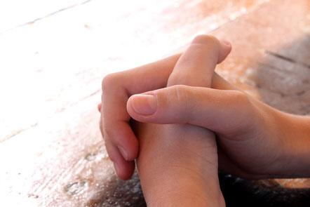 Mains croisées en prière. Confession de foi de l'église évangélique Centre Chrétien Porte Ouverte de Vannes