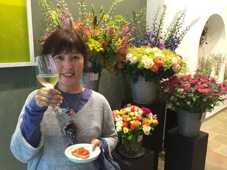 ショップオーナーと花束 スイスのお花屋さん