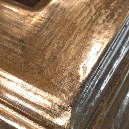 Oltre al colore adottiamo tutte le gamme di doratura e argentatura.  Dalla foglia in oro giallo, all'oro bianco passando per l'argento fino.
