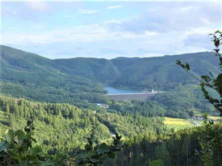 一関市藤沢町保呂羽の景色。中央に保呂羽湖。