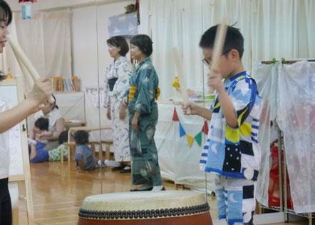 教室に長く通っている幼稚園児がとても上手に太鼓をたたきました。積み重ねてきた成果が見事に出ました。