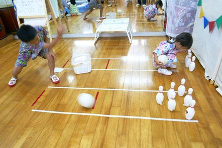 ゴムボールを転がしてピンを倒すボーリング遊び。3本のピンと6本のピンを用意して楽しみました。