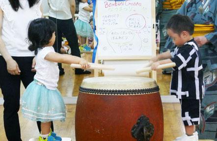 バチを持って大きな和太鼓をたたくと大きな音が出ました。ドラえもん音頭のCDに合わせて太鼓を鳴らして、日本の文化を味わいました。