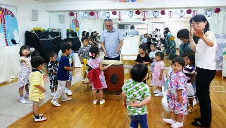 夏祭りに、和太鼓を鳴らしてドラえもん音頭を楽しみました。幼児教室の行事で日本の文化を体験することができました。