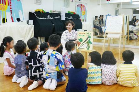 食事のあと、みんなで大きな絵本を楽しんで、夏祭りを終えました。