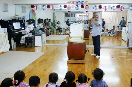 竹でできた日本の楽器のしの笛による演奏で、童謡「ななつの子」をみんなで聴きました。