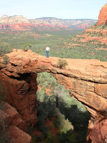 Der Mensch wird in der Weite Arizonas ganz klein, wie ich hier auf einer Brücke im Sedona Nationalpark in der Nähe vom Grand Canyon.