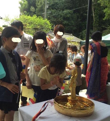右手を天に左手を地に指す「天上天下唯我独尊」形のお釈迦様に甘茶をかけてお祝いします☆彡