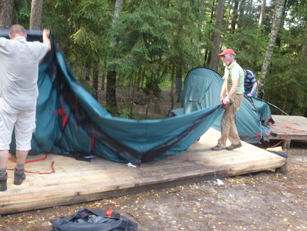 Erste Arbeit: Abbau der Zelte des Kinderferienlagers am See