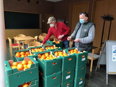 Die leckeren Orangen werden im Martinszentrum verteilt