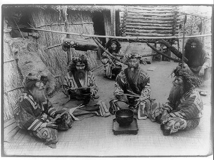 Poblado Ainu. Foto tomada por Herbert G.Ponting en 1905 . Foto: PICRYL,  Lybrery of Congress