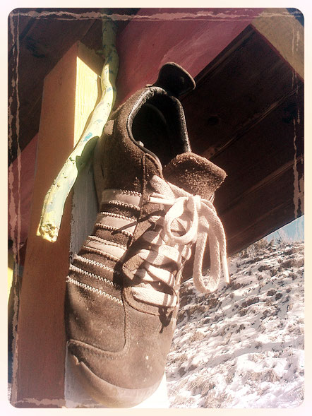 Olang scarpe adidas inverno su una casa estiva colorata