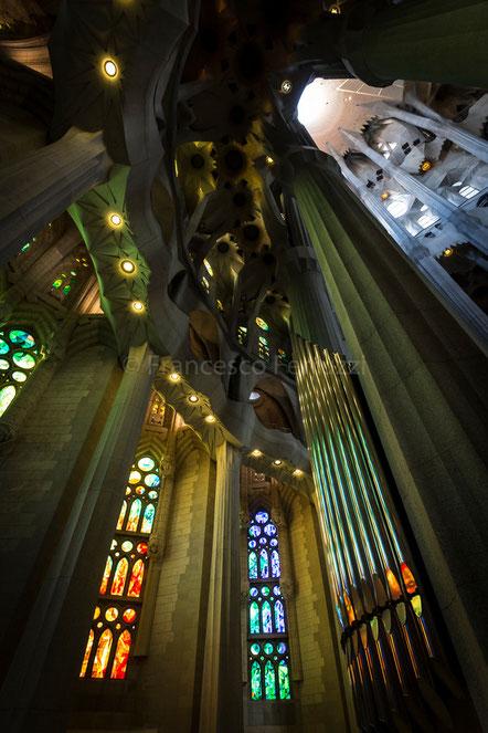 Organo della Sagrada Familia con le vetrate colorate