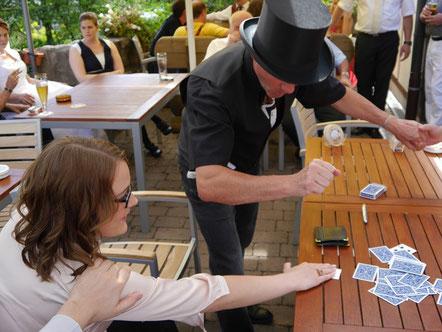 Tischzauberer in Stuttgart auch in Renningen, Herrenberg, close-up Zauberer Fellbach, der close up Zauberer begeistert auch in Sindelfingen, Böblingen, Leonberg, aber auch bei Esslingen und Waiblingen, Ludwigsburg ist er regelmäßig gebucht und verzaubert