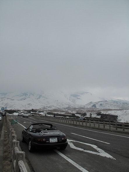 10:15  知床峠。あいにく羅臼岳が雲で全く見えない。それに寒い。さっきまでの暖かさが嘘の様。寒い!