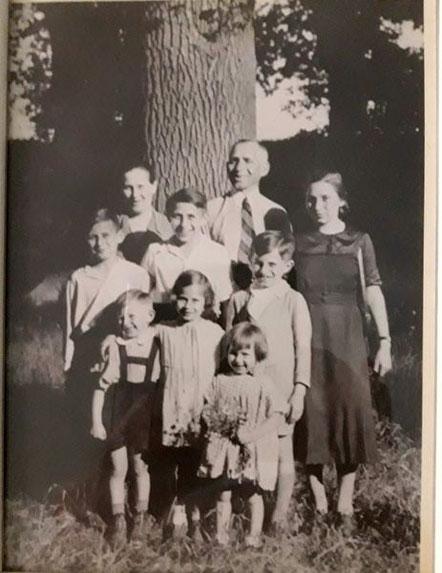 hinten: Naomi, Faibus und Bella, Mitte: Isaak, Joseph und David, vorn: Heinz, Ruth und Frieda (ca. 1935, Hermann war da noch nicht geboren)