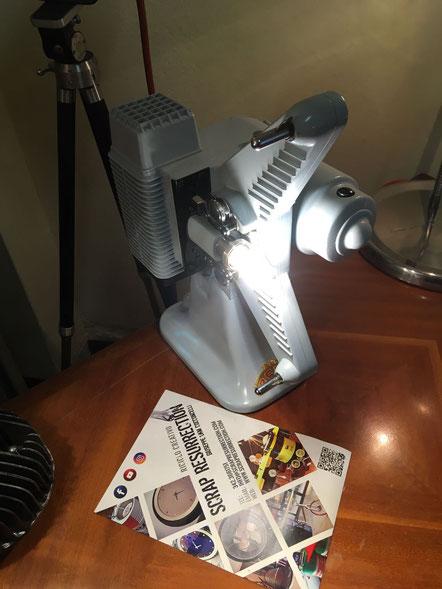 Lampada prodotta con un video proiettore anni 50 ed ha 2 tipi di illuminazione, una frontale ed una posteriore soffusa.