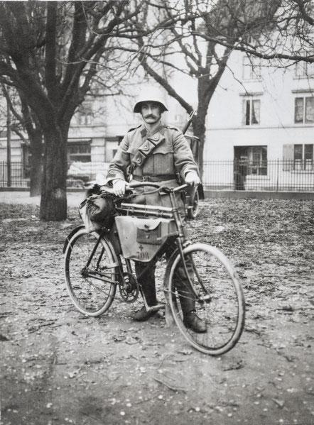 Beim Generalstreik 1918 in Zürich: Radfahrer Karl Husner (s Schryners). Der Stahlhelm wurde extra für diesen Einsatz gefasst.