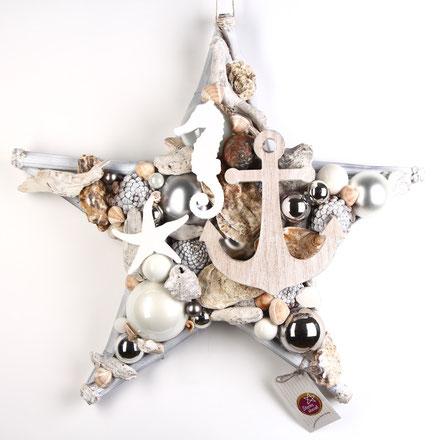 Handgemachter Stern aus Glaskugeln, versteinerten Muscheln und maritimen Dekoaccessoires aus Holz.