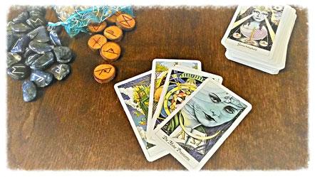 Foto mit verschiedenen Runen und Tarotkarten