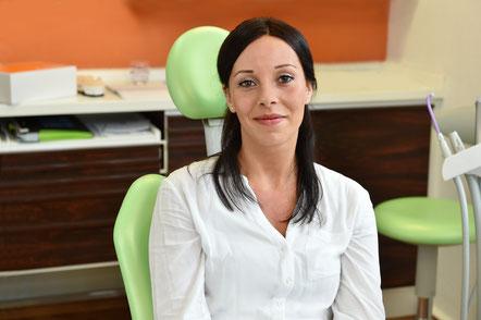 Hat das Thema Zahnersatz wie so viele lange aufgeschoben – heute verabschiedet sich Janina Meyer endgültig von ihrem Provisorium.