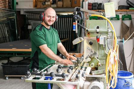 Mitarbeiter der Glaserei Ludewig GmbH in Hamburg beim herstellen von Schutzglas