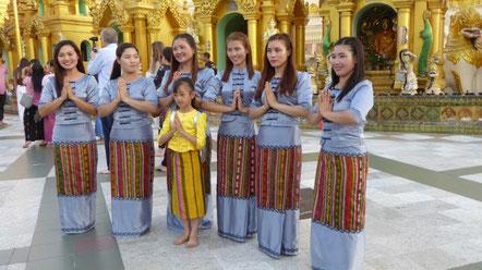 Bild: Freundliche Menschen vor der Shwedagon Pagode, die einen begrüßen