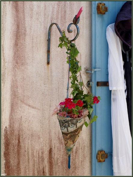 Suspension florale au détour d'une ruelle à Talmont-sur-Gironde (Charente-Maritime)
