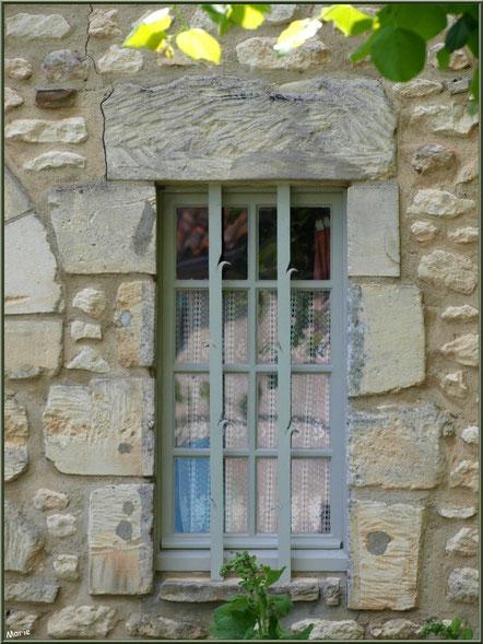 Fenêtre d'une maison face à la mairie de Talmont-sur-Gironde, Charente-Maritime