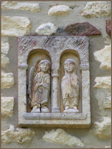Statuettes dans le mur d'une maison face à la mairie de Talmont-sur-Gironde, Charente-Maritime