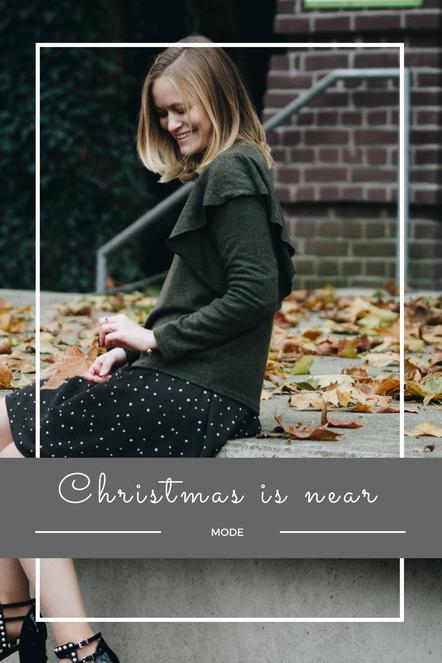 Ein stylisches Winteroutfit in dunkelgrün. Mit grobem Strickpullover, Kleid, perlenbesetzten Schuhe, Michael Kors Handtasche und FALKE Strumpfhosen.